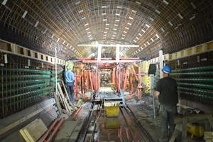 Nach der Spritzbetonbeschichtung und Abdichtung montierten die Handwerker die Stahlbewehrung