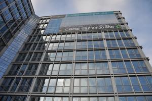 Das 1973 errichtete Bürogebäude am Sapporobogen erhielt bereits 2001 eine neue Fassade. Ab 2010 folgte eine grundlegende Modernisierung im Inneren