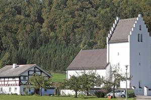 """Die Sanierung bewahrt in Böhming die regionale Bautradition und schützt das einzigartige Ensemble aus Filialkirche, Friedhof und Mesnerhaus<span class=""""bildnachweis"""">Foto: Keimfarben</span>"""
