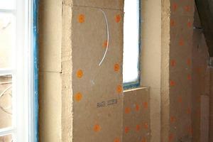 Rechts: Die verarbeiteten Holzfaserdämmplatten passen sich besonders gut der alten Bausubstanz an<br />