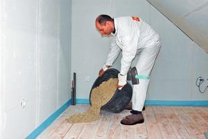 """Die Schüttung anmischen, bis sie erdfeucht ist, dann auf dem Bestandsboden verteilen<span class=""""bildnachweis"""">Fotos: Fermacell</span>"""