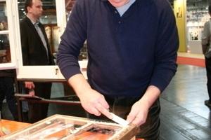Johannes Mosler zeigt, wie mal mit Leinölkit und Leinölfarbe ein Holzfenster saniert<br />