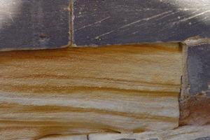Abgesprengte Sandsteinoberfläche. Der Sockel der St. Gumbertuskirche in Ansbach war nicht durch Konservierungsmittel ausreichend geschützt worden