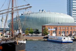 In exponierter Lage am Alten/Neuen Hafen lädt das Klimahaus Bremerhaven ein zu einer Reise rund um die Welt entlang des 8. östlichen Längengrades durch 8 Länder und ihre unterschiedlichen Klimate.