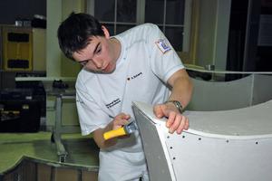 In Rutesheim galt es für die Mitglieder des Nationalteams der Stuckteure aus Gipskartonplatten eine Möbelstück zu bauen<br />Fotos: Komzet /<br />J. Schneider<br />