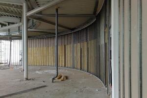 Das flexible LaCurve Profilsystem gibt die Rundung der Wände auf dem Fußboden und an der Decke vor<br />