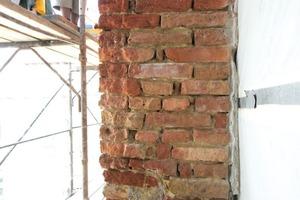 Links: Die Frostschäden am alten Ziegelmauerwerk mussten ausgebessert werden<br />