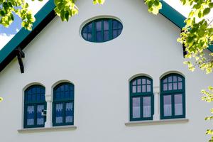 Nach dem Einblasen von Mineralwolle zwischen die beiden Mauerschalen erhält die Oberfläche von Fassade und Balkon mit dem Caparol-Anstrichsystem AmphiSilan dauerhaften Schutz und ursprüngliche Schönheit