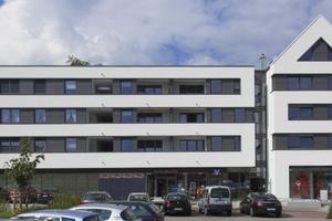 Quartier am Stadtgarten in Neuenrade: Als weißer Mäander zieht der Kratzputz ein markantes Band über die Fassade des Neubaus