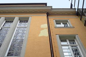 Der vorherige ockergelbe Anstrich hatte sich an mehreren Stellen der Fassade unübersehbar vom mineralischen Putz gelöst<br />Foto: Achim Zielke / Alligator
