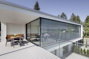 Terrasse mit Wohn- und Esszimmer im Hintergrund<br />