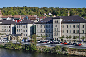 Die kernsanierten Gebäude der ehemaligen Justizvollzugsanstalt in Schwäbisch Hall wurden mit Glasübergängen miteinander verbunden<br />Fotos: Caparol / Martin Duckek<br /><br /><br />