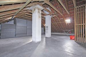 Der Dachboden in der Sonnenhalde in Ulm vor dem Verlegen der Aqua-Top-Dachbodendämmplatten