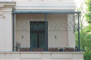 Der zu DDR-Zeiten abgebrochene Wintergarten wurde durch eine Balkonüberdachung in originaler Sprossung ersetz<br />