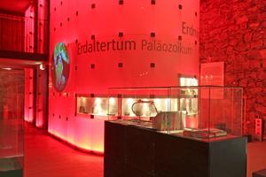 """Der in der untersten Ebene """"Geologie"""" rot leuchtende Infomonolith<span class=""""bildnachweis"""">Text + Fotos: Thomas Wieckhorst</span>"""