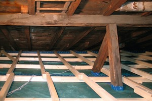 Wiesengraszellulose lässt sich in offene Deckenkonstruktionen ebenso so gut einblasen wie in Hohlräume (großes Bild auf der gegenüberliegenden Seite)