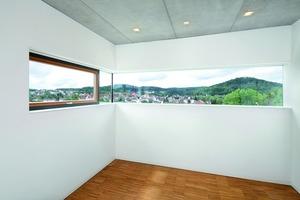 Blick aus dem Lichtband im Kinderzimmer auf Landschaft und Ort<br />Fotos:Keimfarben<br /><br />