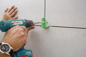 Aussparungen kann der Trockenbauer mit einer Loch- oder Stichsäge ausschneiden. Der Durchmesser der Öffnung sollte etwa 10mm größer sein als der Durchmesser des Rohres
