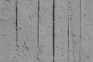 Großes Bild: Bei der Sanierung der denkmalgeschützen Kirche in Lahntal wurden Brettmuster aufgedrückt, die schalungsrauen Beton imitieren sollen<br />Foto: Rita Jacobs