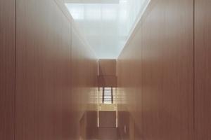 Im Lesesaal führen Treppen in langen Schächten zu den Buchbeständen und Leseplätzen auf den Galerien