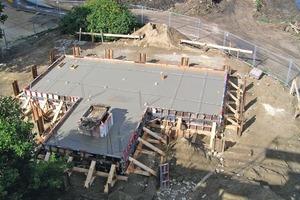 Für den neuen Standort betonierten die Rohbauer eine Gründung und Bodenplatte aus Stahlbeton<br />