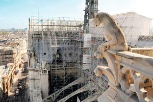 Gerüst auf dem Dach der Pariser Kathedrale Notre-Dame<br />