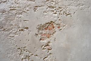 Absanden der Putzoberfläche und Putzschaden durch Salzeinwirkung