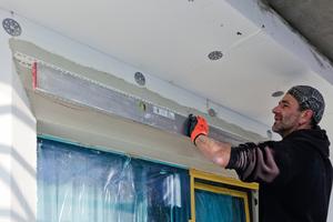 Das Protektor-Kantenprofil 3752 erleichtert den Handwerkern an Ecken – wie hier am Fenstersturz – das saubere und exakte Arbeiten<br />