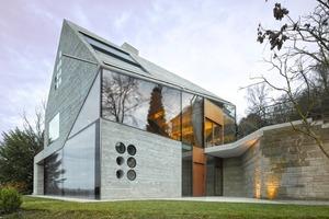 Zum Talkessel hin öffnet sich das vom Architekten Matthias Bauer entworfene Stuttgarter Einfamilienhaus H36 mit großen Fassadenöffnungen