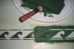 Mit Schablone, Stupfpinsel und etwas Abtönfarbe lässt sich die Glattspachteltechnik künstlerisch steigern<br />Fotos: Auro<br />