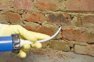 """Injektionscreme wird drucklos über Bohrkanäle ins Mauerwerk eingebracht<span class=""""bildnachweis"""">Fotos: Heck Wall Systems</span>"""