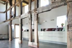 Die Küche ist vom großen Wohnraum in der ehemaligen Deele nur durch das Holzständerwerk getrennt, die Ausfachungen wurden entfernt<br /> Foto: Marvin Klostermeier<br /> <br />
