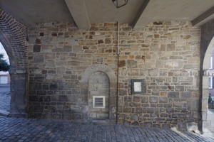 Gegenüber den ehemaligen Lagerräumen wurde in einer Mauernische die Zuluftöffnung für das Treppenhausgebläse installiert