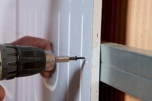 Die Renovis Trockenbauelemente können mit einer Unterkonstruktion aus CD-Profilen 27/60 direkt auf bestehende Wände und Decken montiert werden