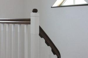Rechts: Blick in das Treppenhaus nach Abschluss der Sanierungs- und Umbauarbeiten<br />Fotos: Thorsten Stepper / Ackermann Architekten<br />
