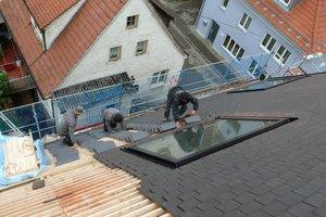 Das Dach deckten die Handwerker mit dunkelbraunen Gratschnittbibern, wodurch in Verbindung mit den flächenbündigen Dachfenstern ein sehr ruhiges Dach entsteht