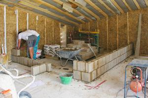 Die Wände sind mit  38 cm Stroh gedämmt; darauf brachten die Handwerker innen Trasskalkmörtel mit Netzeinbettung, dann Lehmunterputz und schließlich einen Lehmfeinputz auf Fotos: studio margareta schwarz