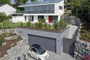 Das Netto-Plusenergiehaus in Leonberg steht auf einem etwa 900 m² großen Südhang-Grundstück. Es produziert 16274 kWh/a, verbraucht aber nur 9026 kWh/a. Den verbleibenden Rest teilen sich ein Elektroauto und ein E-Roller<br />Foto: Erich Spahn<br />