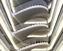 Die Wendeltreppe, die das Atrium des Technischen Dienstleistungszentrums der Stadtverwaltung Bielefeld über alle Geschosse erschließt, wurde wiedererrichtet<br />Fotos: Benedikt Kraft