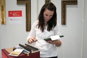Auflegen (Anschießen) des Blattgoldes auf dem Stand der Meisterschule für das Vergolderhandwerk München