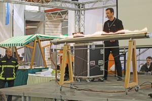 So wird Akustik sichtbar gemacht: Eine Flammenröhre veranschau-licht Schallwellen
