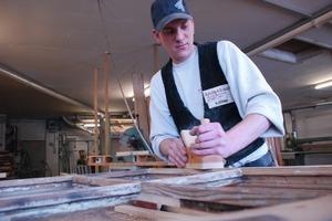 Nachdem schadhafte Holzteile ausgebessert wurden, müssen diese bündig eingearbeitet werden<br />