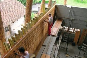 Montage der Bewehrung für die Stahlbetonwände im Ostteil des Hauses<br />