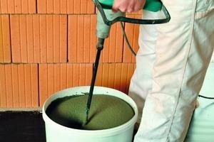 """Das """"MauerTec""""-System: Der Dünnbettmörtel wird in das Auftragsgerät gefüllt und in einer dünnen Lagerfuge sauber und vollflächig aufgetragen. Dazu wird das Gerät einfach über die Ziegelreihe geschoben<br /><br /><br /><br />"""