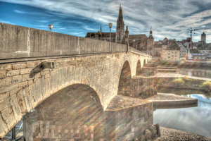 In der Nähe des berühmten Regensburger Doms steht das zweite Wahrzeichen der Stadt: Die zwischen 1135 und 1146 erbaute Steinerne Brücke