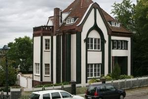 Das 1901 von Peter Behrens entworfene Künstlerhaus wurde im Zweiten Weltkrieg stark beschädigt, jedoch zumindest äußerlich weitgehend originalgetreu wieder aufgebaut<br />