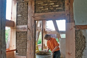 Hier werden die Gefache mit Lehmsteinen ausgemauert<br />