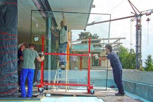 Montage der großformatigen Fensterelemente für die obere Wohnebene<br />