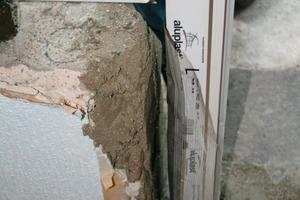 Das Einputzgitter der Abdichtfolie wird in den Wärmedämmmörtel eingelegt (links); dampfdiffusionsoffene Fensterabdichtungsfolie (Mitte); Fensterrollleiste zur Fugenabdichtung zwischen Fensterrahmen und Wand (rechts)<br />