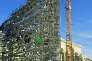 Montage der Stahlkonstruktion des Keils vor der neoklassizistischen Schaufassade des Altbaus Foto: Hünnebeck